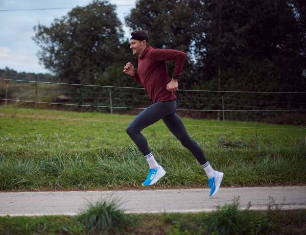Jan Frodeno mentre corre all'aperto con indosso Rocket X.